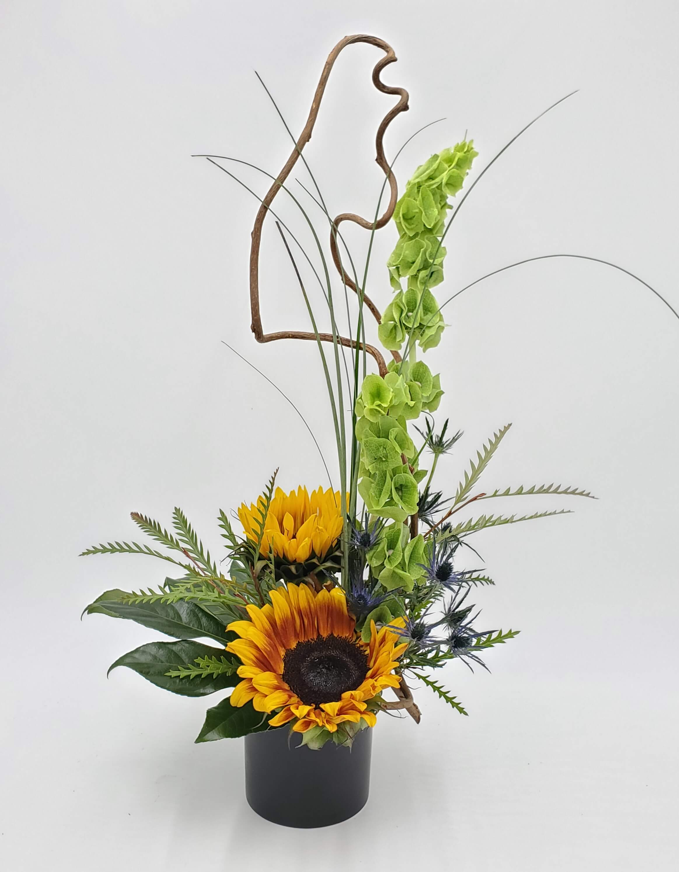 Naturalistic floral design with sunflowers